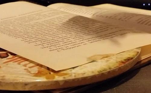 книга лежит на жирном столе на странице жирное пятно