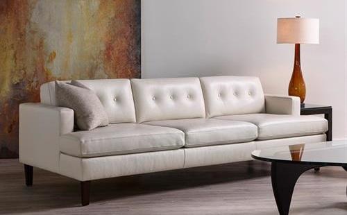 белый кожаный диван в комнате