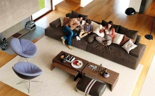 семья сидит на диване