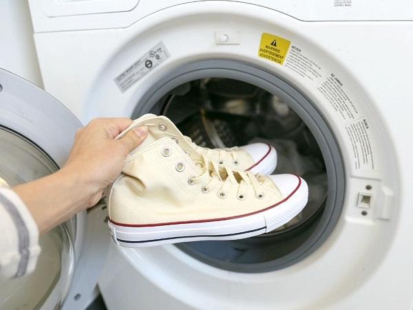 кроссовки кладут стирать в стиральную машинку