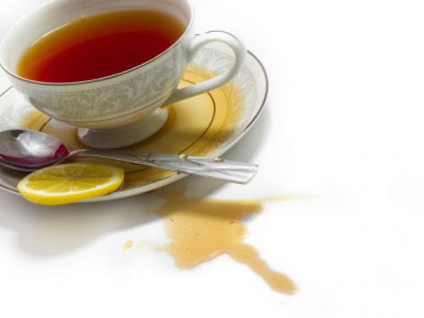 чашка с чаем на столе лимон чай разлит пятно чая