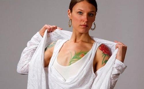 девушка в белой одежде с татуировками