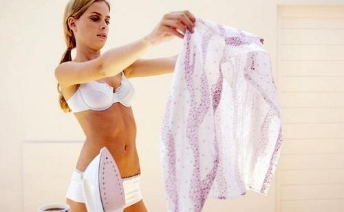 девушка в белье держит в руках чистую блузку