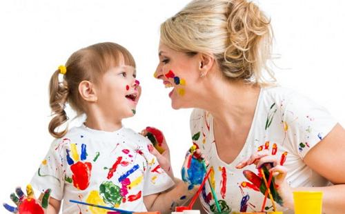 мама с девочкой рисуют гуашью