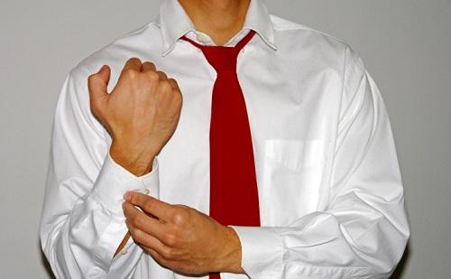 мужчина в белой рубашке с длинными рукавами и в красном галстуке
