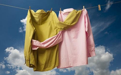 на веревке сушатся фиолетовая и коричневая рубашка