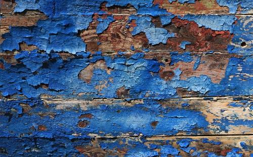 деревянный забор покрытый облупившейся синей краской