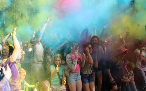 праздник красок люди обсыпают друг друга красками холи