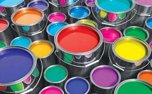 банки с разноцветной масляной краской стоят на полу