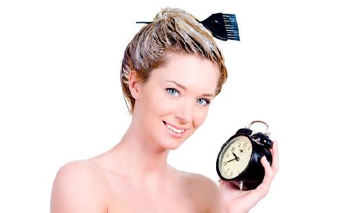 девушка с часами покрасила голову и держит часы в руке