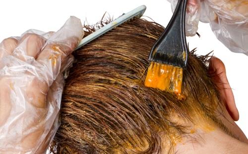 девкшка сама красит волосы краской для волос