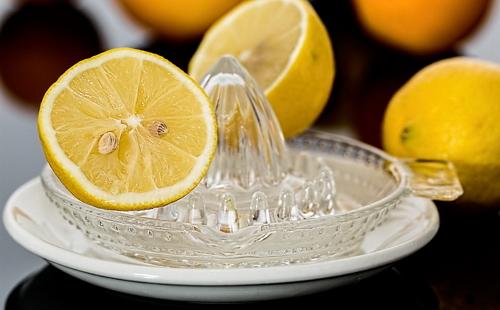 на соковыжималке для цитрусов лежат три лимона