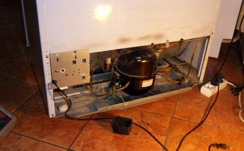 Задняя стенка холодильника открыта идет ремонт электропроводки
