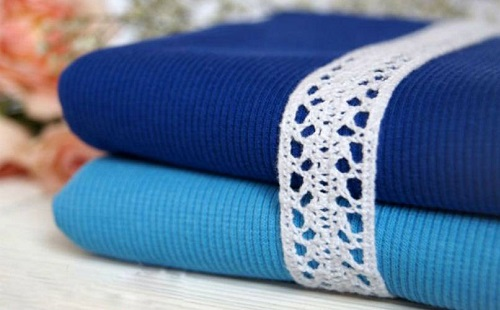 рулон синей и голубой ткани лежат на столе