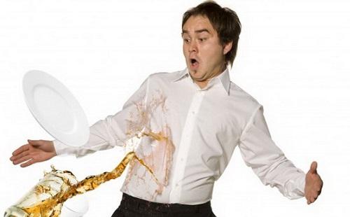 мужчину в белой рубашке обливают из кувшина