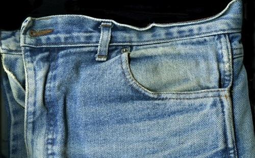 жирное пятно на джинсовых брюках