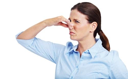 женщина зажала нос пальцами воняет плохо пахнет
