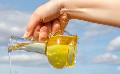 растительное масло льется из кувшина