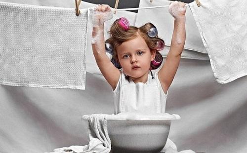 девока в бигудях стирает и развешивает белье