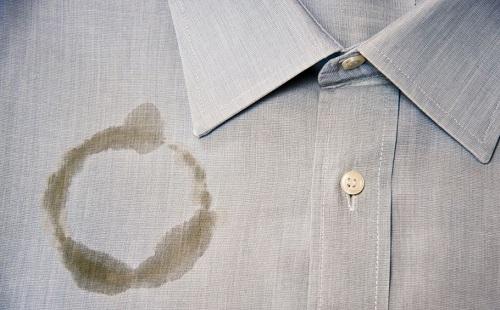 жирный круглый след на серой мужской рубашке