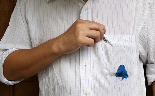 карман белой рубашки выпачкан чернилами ручки