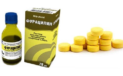 на столе стоит флакон упаковка фурацилина лежат батлетки