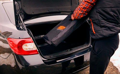 Телескопическая лестница раздвигается на большую высоту и при этом легко помещается в багажник авто