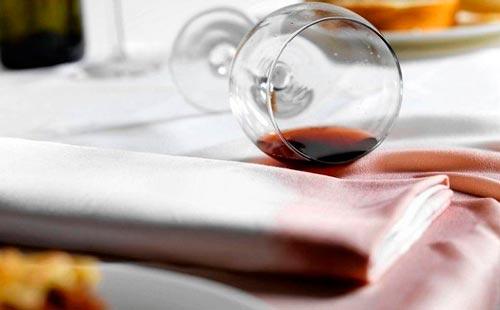 как отстирать красное вино с белой ткани из хлопка или льна