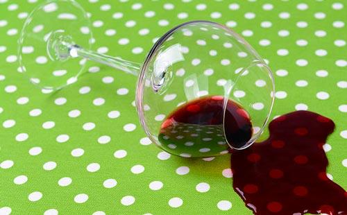 как же отстирать красное вино с цветной одежды в домашних условиях