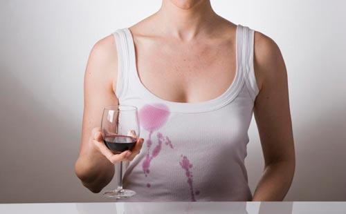 Девушка облила красным вином майку. Девушка сидит за столом. Как отстирать вино красное с одежды