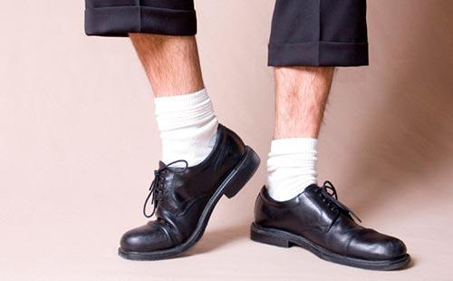 Почему нельзя носить белые носки под черную обувь?
