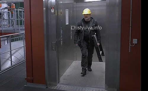 Телескопическая стремянка без проблем помещается в лифт