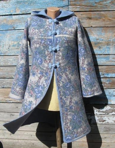 """Как стирать пальто ручной работы из валяной шерсти? Способы ручной пальто, которые подойдут для всех тканей: драпа, шерсти, кашемира, ангорки, верблюжьей шерсти и прочей ткани. Читайте статью на сайте """"Чистюля-Инфо""""!"""