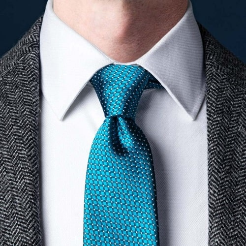 Читайте по ссылке! Как завязать галстук четвертным узлом пошагово: фото, видео. Как выбрать правильный галстук по цвету, ширине, длине и материалу. Какой рисунок подобрать к вашему дресс-коду. И многое другое.