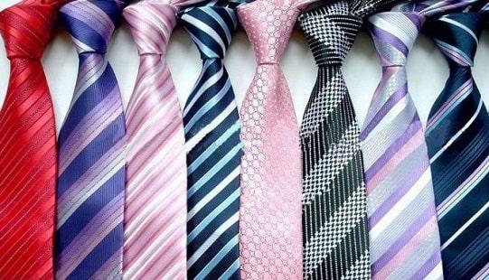 Как научиться завязывать галстук в домашних условиях? Вяжем галстучные узлы без жены! 36 способов: простые и сложные. Как выбрать цвет и материал галстука под костюм? Читайте в статье по этой ссылке!