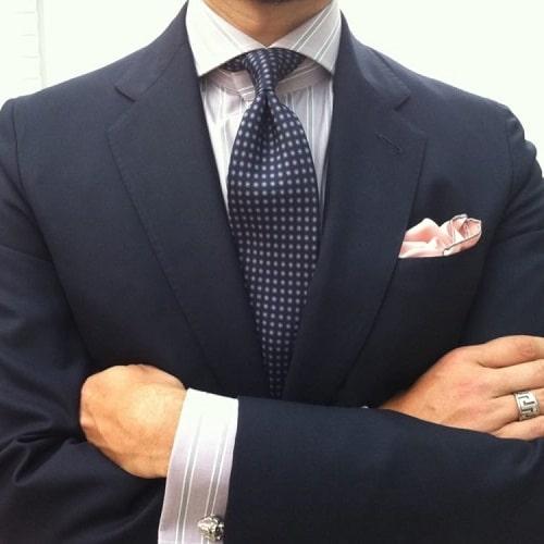 Читайте по ссылке! Как завязать галстук узлом Кент пошагово фото видео, советы по выбору галстука в магазине. Как подобрать цвет галстука под рубкашку и костюм? Как подобрать длину, рисунок, материал, чтобы не выглядеть смешным?